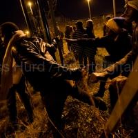 Hundreds of migrants break through outer fences at the Eurostar Calais Terminal. France.  © Jess Hurd/reportdigital.co.uk