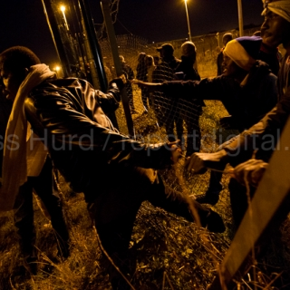 Hundreds of migrants break through outer fences at the Eurostar Calais Terminal. France.  © Jess Hurd/reportdigital.co.uk